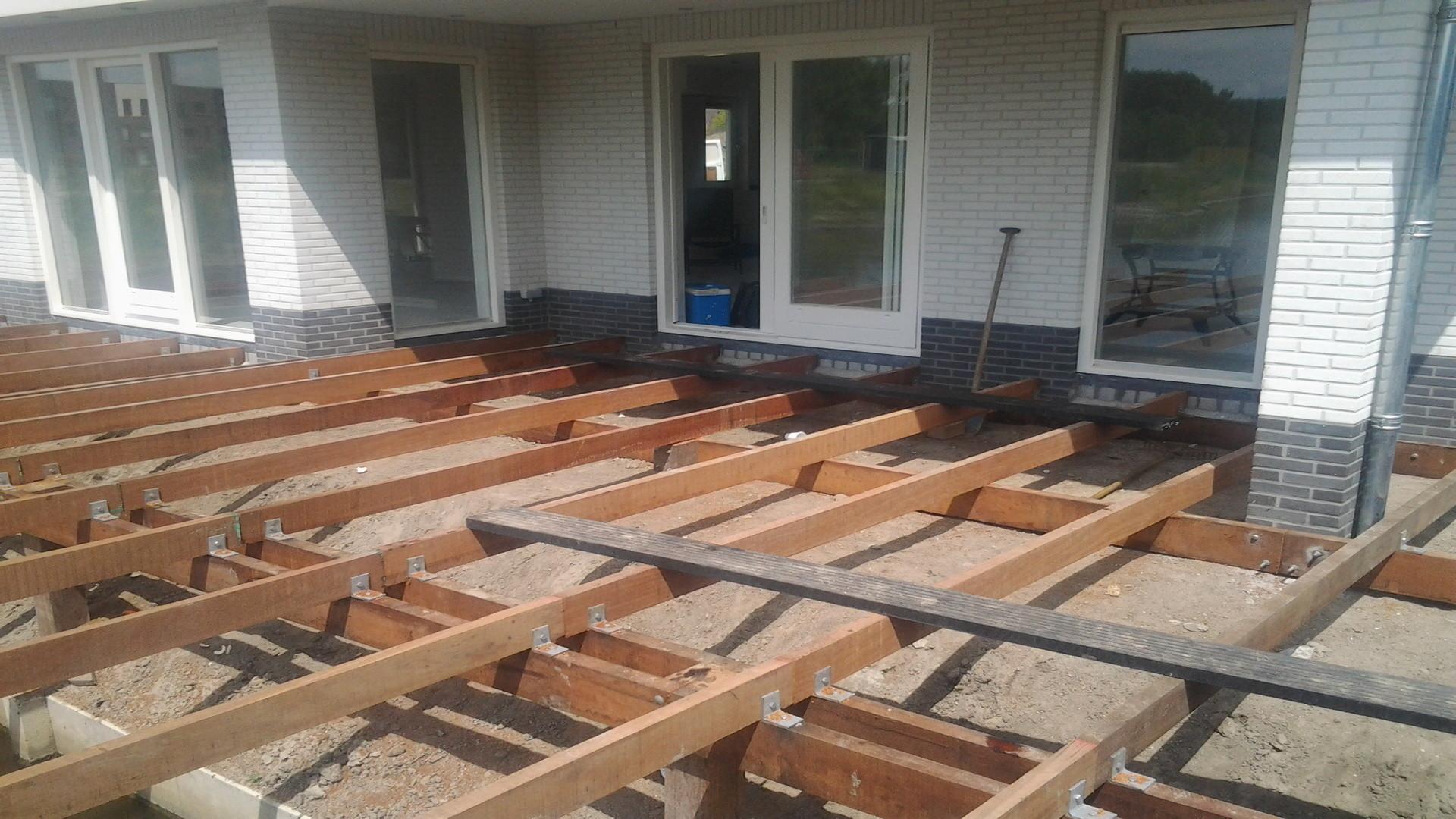 Hardhouten vlonder met kunststof dek - Dek een terras met tegels ...